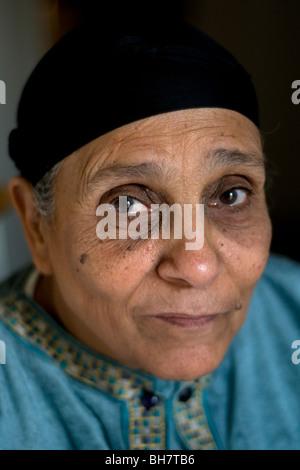 Un retrato de una clase obrera de mediana edad Musulmán Árabe Egipcia de El Cairo, Egipto. Foto de stock