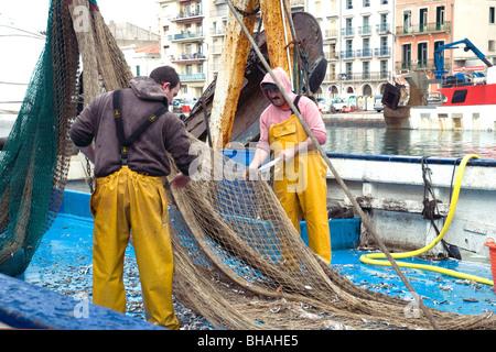 Los pescadores despejando su neta del arrastrero en Sète, Francia, el mayor puerto pesquero del Mediterráneo