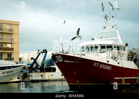 En Sète, Francia, el mayor puerto pesquero del Mediterráneo, un rawler entra en el Canal Real