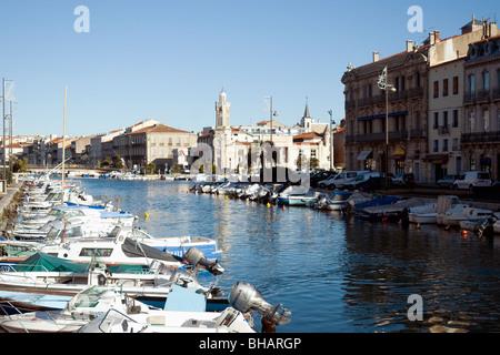 El barco-rayado Royal Canal es la principal vía fluvial en Sète, Francia, el mayor puerto pesquero del Mediterráneo