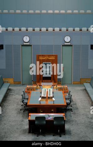 CANBERRA, Australia - En un reflejo del esquema de color de la Cámara de los Comunes británica, la Cámara de Representantes está decorado en color verde. No obstante, el color se silencia para sugerir el color de las hojas del eucalipto.Parliament House es el lugar de reunión del Parlamento de Australia. Se encuentra en Canberra, la capital de Australia. Fue inaugurado el 9 de mayo de 1988 por la Reina Isabel II, Reina de Australia.[1] Su costo de construcción fue de más de $1.100 millones. En el momento de su construcción fue el edificio más caro en el hemisferio sur. Antes de 1988, el Parlamento de Australia se reunieron