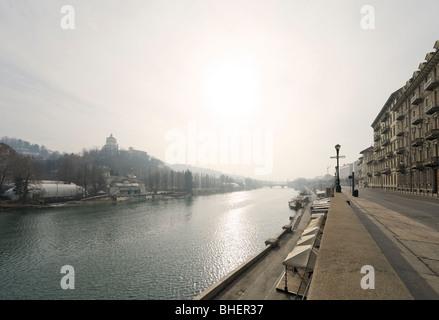 El río Po de la Lungopo Armando Diaz mirando hacia el Ponte Umberto I, de Turín, Piamonte, Italia