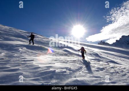 Personas en un tour de ski la ascensión de la montaña, el paisaje de montaña, Seiser Alp, Tirol del Sur, Italia Foto de stock