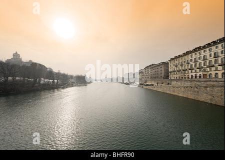 El río Po desde el Ponte Vittorio Emanuele I mirando hacia el Ponte Umberto I, de Turín, Piamonte, Italia