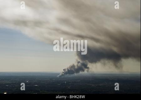 El humo de un incendio en la distancia