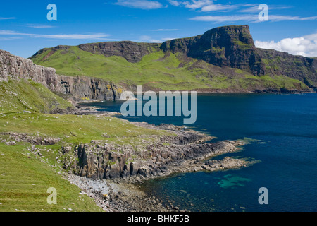 Moonen Bay y cabeza de Waterstein Neist Point, Isla de Skye, Escocia, Reino Unido Foto de stock