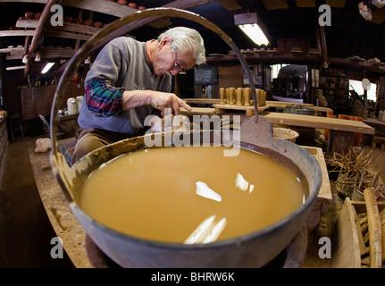 Un alfarero moldear cerámica japonesa