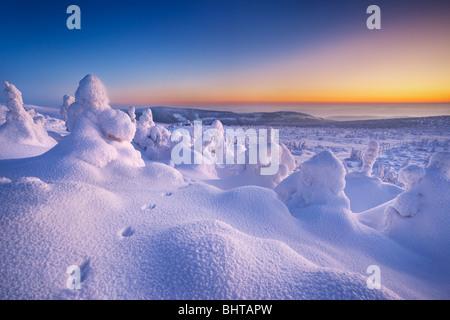 Nieve invernal paisaje justo después del atardecer, montañas Karkonosze, Poland