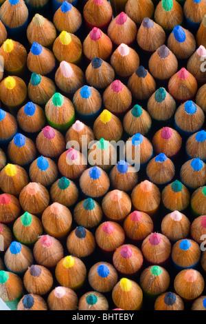 Montón de lápices de colores