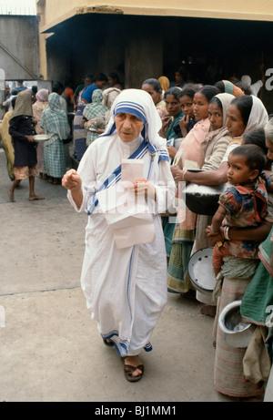 La madre Teresa de Calcuta, en su misión de ayuda a los pobres y hambrientos, Calcuta, India Foto de stock