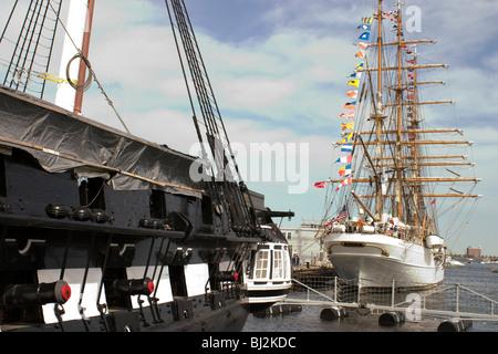 USS Constitution bajo renovación en Charlestown Navy Yard con el US Coast Guard Tall Ship el Águila en segundo plano. Foto de stock