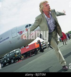 Presidente de Virgin, Sir Richard Branson realiza delante de los medios de comunicación durante una publicidad lanzamiento de Virgin Atlantic de Airbus A340