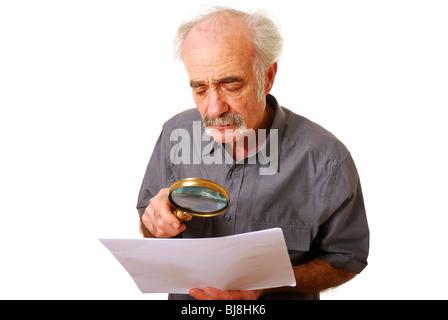 Hombre viejo con lupa para leer