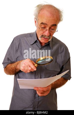 Anciano con lupa para leer