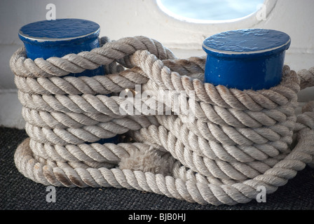 Blanca gruesa soga atada en la figura 8 alrededor de muelles a bordo de un barco