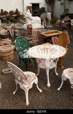 Asientos de hierro fundido y jardín característica en motivos de ...