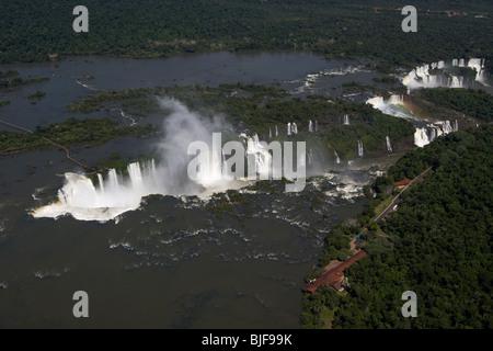 Vista aérea de las cataratas de Iguazú y los demonios de la garganta del parque nacional de Iguazú, Paraná, Brasil, América del Sur Foto de stock