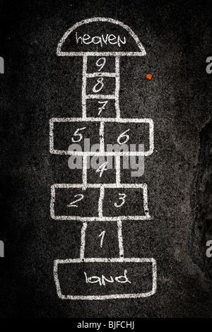 La rayuela juego diseñado en la carretera con tiza