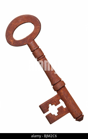 Una muy antigua rusted key aislado sobre un fondo blanco.