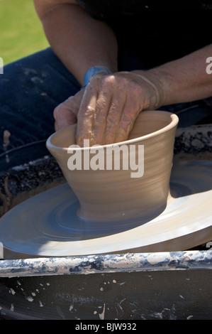 Cerca del recipiente está formado a partir de la arcilla húmeda por el artista en torno de alfarero