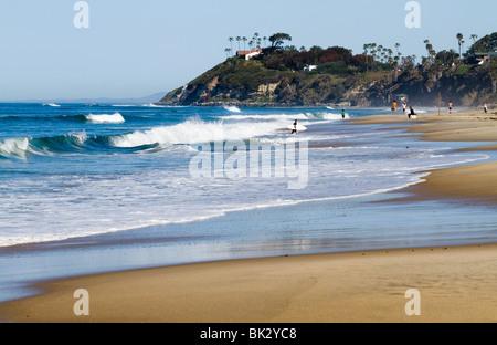 Mañana la escena de playa en San El Ejido El camping en Encinitas, mirando hacia Swami's.
