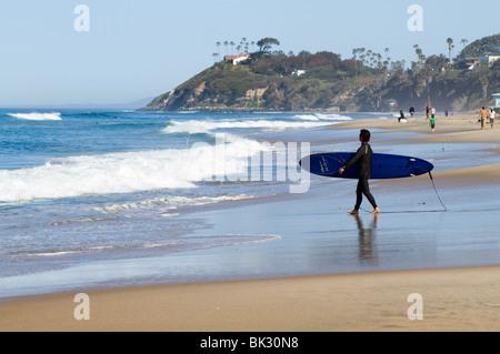 Mañana la escena de playa en San El Ejido El Camping, mirando hacia Swami's.
