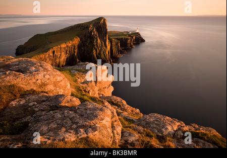 Faro de Neist Point y bañado en luz del atardecer, la Isla de Skye, Highland, Escocia, Reino Unido, Europa Foto de stock