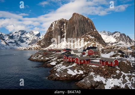 Madera roja tradicionales Rorbu casetas de pescadores en la aldea de Hamnoy en Moskenesoya isla en las islas Lofoten en Noruega