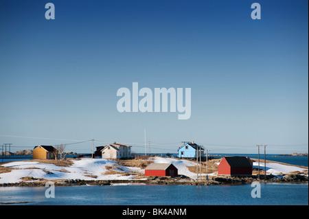 Casas de madera pintadas por el mar en Eggum en las islas Lofoten en Noruega Foto de stock