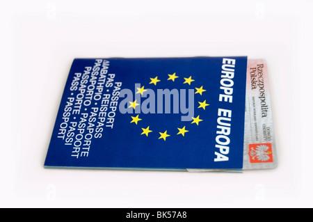 Pasaporte Europeo, folleto bilingüe en azul con estrellas amarillas y tarjeta de identificación polaco sobre fondo blanco, Europa, UE