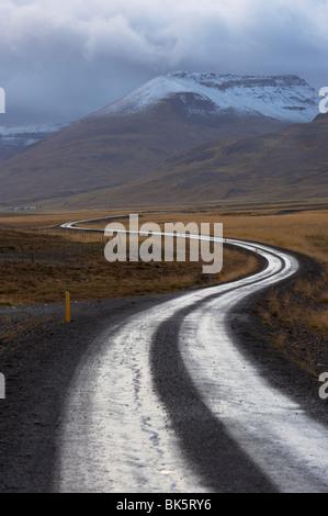 Carretera y paisaje en la península Vatsnes, con montañas cubiertas de nieve en octubre, la costa norte de Islandia, Islandia, las regiones polares