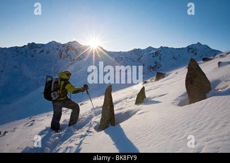 Hombre senderismo en las montañas durante una tormenta de nieve, Parque Natural de Kaunergrat, norte del Tirol, Austria, Europa