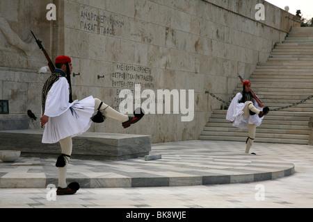 Evzones guardián de la Tumba del Soldado Desconocido en la plaza de Sintagma en Atenas, Grecia. Foto de stock