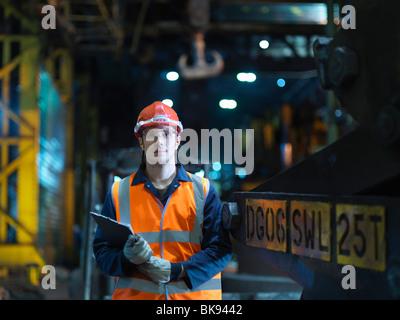Retrato de ingeniero en la fábrica de acero Foto de stock