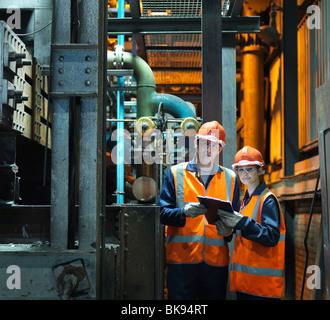 Retrato de ingenieros de acero en la fábrica. Foto de stock