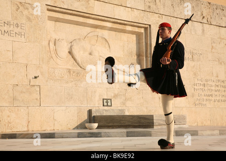 Cambio de Guardia de los evzones delante de la Tumba del Soldado Desconocido en la plaza de Sintagma en Atenas, Grecia. Foto de stock