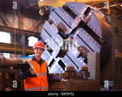 Ingeniero de acero femenino en la fábrica. Foto de stock