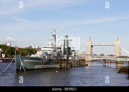 HMS Belfast en el río Támesis con el Tower Bridge, en el fondo, London, Londres, Inglaterra, Reino Unido Foto de stock