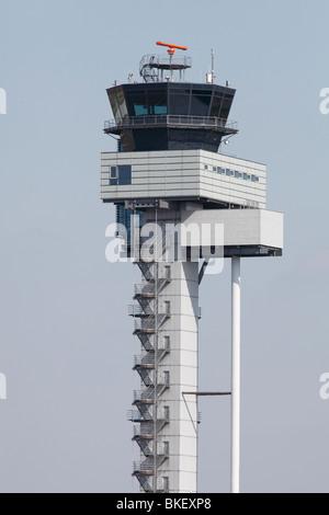 Torre de control del tráfico aéreo en el aeropuerto de Leipzig-Halle, Alemania