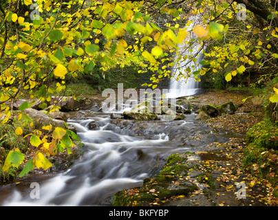 Cascada en el río Caerfanell en Blaen-y-Glyn, el Parque Nacional de Brecon Beacons, Powys, Gales, Reino Unido. Otoño (Octubre) 2009