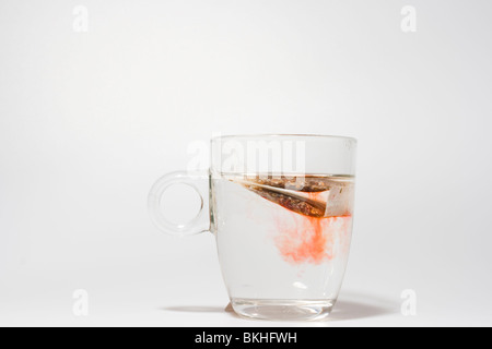 Un vaso de té de rooibos sobre blanco