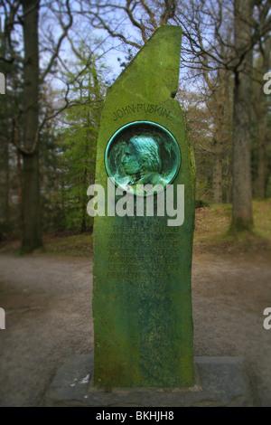 John Ruskin monumento sobre Frier Crag agua Derwent Foto de stock