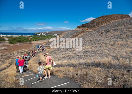 Tour de Puukohola National Historic Site,Hawai con Kawaihae Harbour en la distancia.