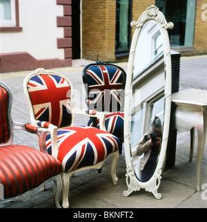 Camden Pasaje exterior tienda de venta de antigüedades sillas tapizadas con tela silla bandera Union Jack y tall vintage London UK Réplica Kathy DEWITT
