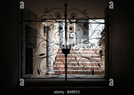 Bonita puerta de hierro forjado en Locarno, Suiza