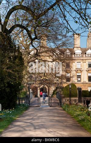 Estudiante entrando en Clare College Cambridge University