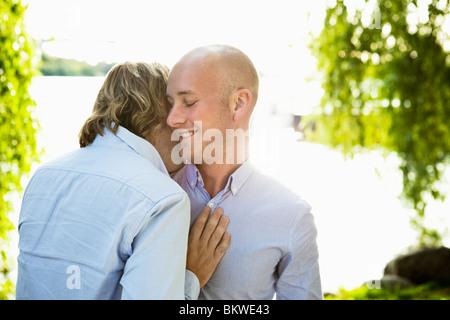 Dos hombres gay feliz por agua permanente