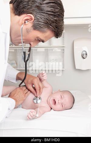 Médico examina un bebé recién nacido