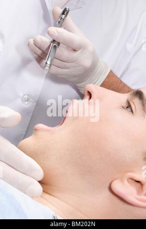 Hombre teniendo un examen dental