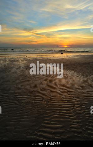 Ko Kood solitaria playa Sunset Foto de stock